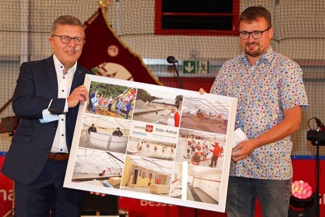 """Matthias Gerth (links) erhält von """"Freie Presse""""-Reporter Holger Frenzel die Auszeichnung als """"Westsachse des Jahres""""."""