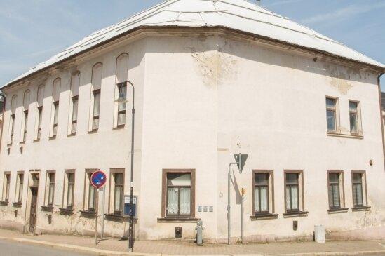 Das Dach des Zöblitzer Ratskellers ist vor längerer Zeit gesichert worden. Die Fassade bröckelt.