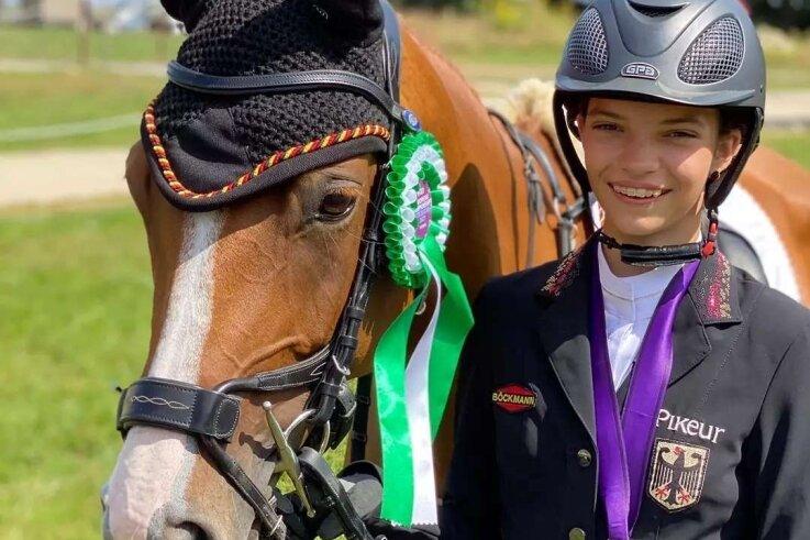 Pita Schmid vom Langenstriegiser SV gewann am Wochenende Mannschaftssilber bei der Jugend-Europameisterschaft mit dem Pony im Geländeritt. Im Einzel wurde die Vogtländerin Achte.