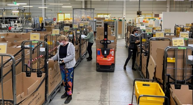 Um das Paketzentrum in Neumark zu entlasten, werden derzeit auch im Briefzentrum in Reinsdorf kleinformatige Päckchen mit bearbeitet.
