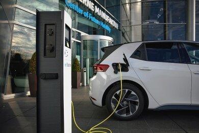 Eine Ladesäule für E-Autos an der Gläsernen Manufaktur in Dresden. An dem Standort betreibt VW derzeit 70 Ladepunkte.