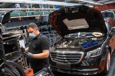Ein Mitarbeiter der Daimler AG bei der Fertigung der der S-Klasse in Sindelfingen.