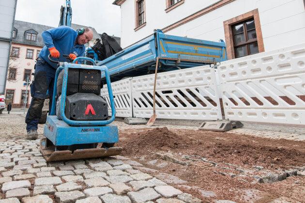 Jens Bochmann setzte die Pflastersteine wieder ein.