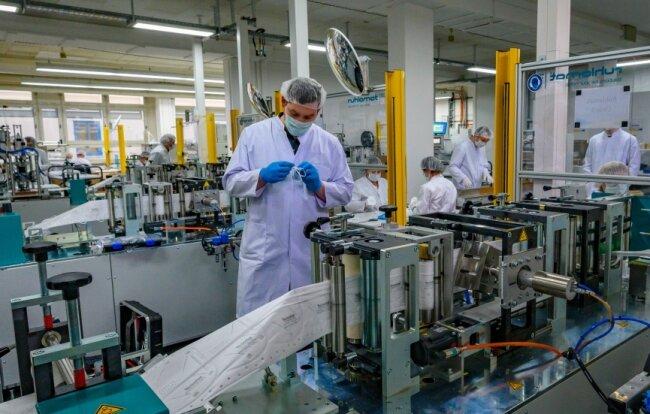 Rund 40 Mitarbeiter produzieren im Schönecker Technisat-Werk Schutzmasken - bei voller Kapazität neun Millionen Stück monatlich.