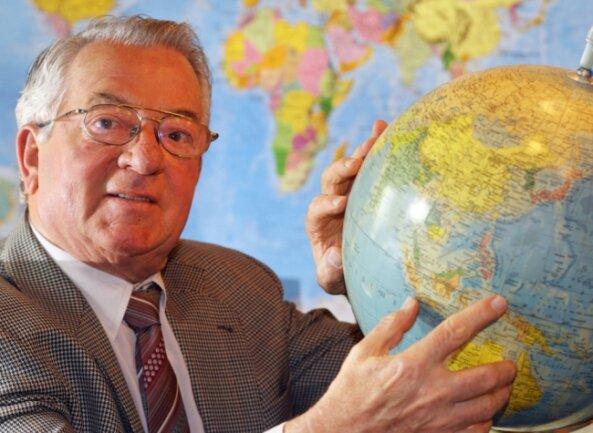 Spediteur Wilhelm Gericke mit einem Globus. Seine Fahrzeuge transportierten Waren, die rund um die Welt gingen.
