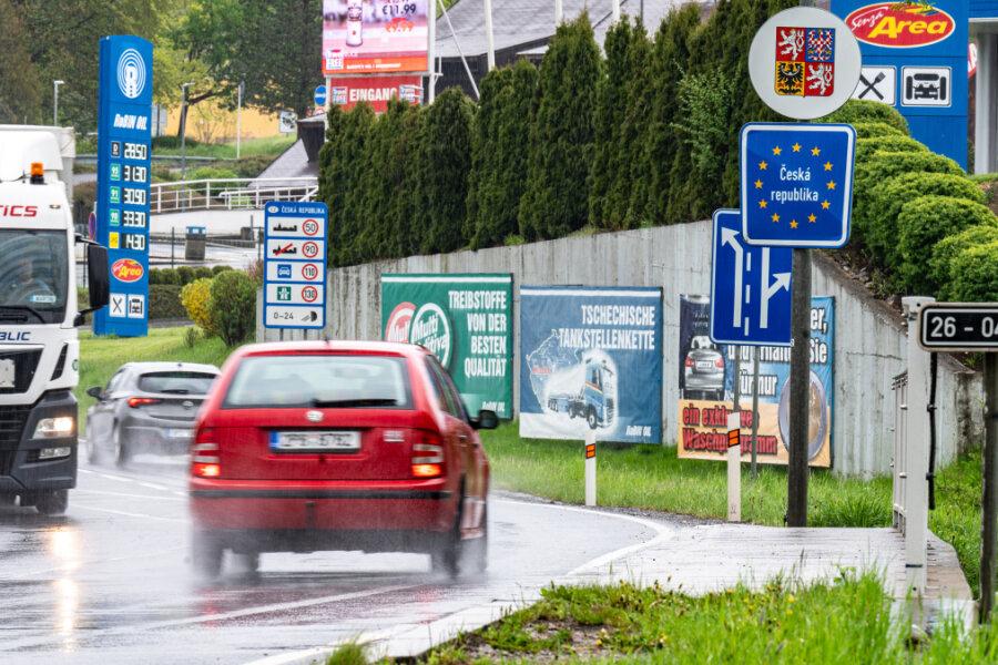 """Ein Schild mit der Aufschrift """"Tschechische Republik"""" steht an der deutsch-tschechischen Grenze. Wie vor Corona läuft es für die Geschäftsleute beiderseits der Grenze noch lange nicht."""