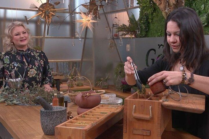 Foto von der Aufzeichnung: Nancy Lorenz (r.) erklärt Moderatorin Diana Fritzsche-Grimmig das Verräuchern von Kräutern.