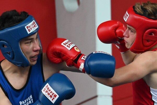 """Sajed Ghulmi (links), der gegen Ernst Schwarzer vom BSV Eilenburg gewann, war einer der vielen jungen Boxer des BC Chemnitz, die in der Galerie """"Roter Turm"""" ihr Können zeigten."""