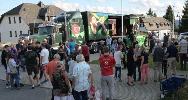 """Der Wernesgrüner Truck hat auf seiner Tour durch """"die Grüns"""" auch in Burkhardtsgrün Station gemacht."""