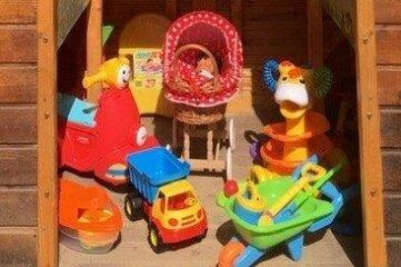Das Spielzeughäuschen mit den neuen Utensilien.
