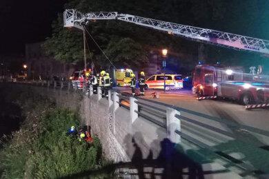Mit einer Drehleiter retteten Feuerwehrleute die verletzte Frau an der Fabrikstraße aus dem Flussbett der Chemnitz.