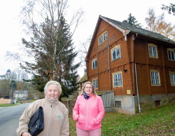 Das legendäre Wanderheim mitten in Heinersgrün: Regina Walz vom Landesverein Sächsischer Heimatschutz (links) und Heike Löffler, mitverantwortlich für die touristische Entwicklung der Region, versuchen, es zu verkaufen.