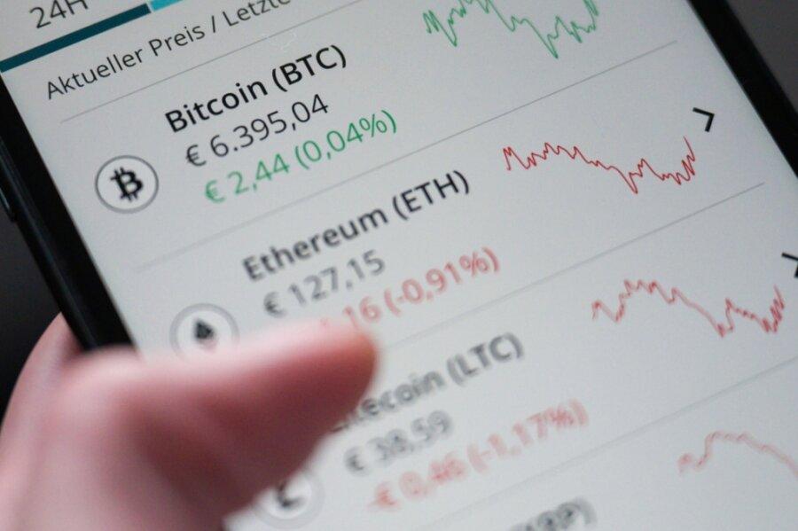 Investments in Kryptowährungen wie Bitcoin sind selbst für Experten mit viel Risiko verbunden. Wer in diesem Zusammenhang an Betrüger gerät, sieht sein Geld meist nicht wieder.