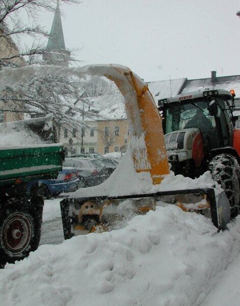 """<p class=""""artikelinhalt"""">Bevor alles zu Wasser wird, transportieren Mitarbeiter der Stadtverwaltung den Schnee in Sayda lieber ab. </p>"""