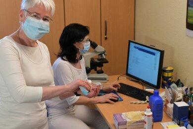 In der Praxis von Dr. Uta Knauf (links) in Freiberg ist alles vorbereitet: Die Ärztin und ihr Team, im Bild Schwester Andrea Sitz, warten auf den Impfstoff, um ihre Patienten vor Corona zu schützen.