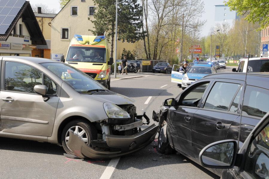 An der Startankstelle an der Augustusburger Straße in Chemnitz sind am Donnerstagnachmittag drei Autos kollidiert.