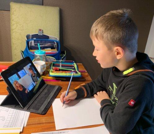 Bruno Schwarz besucht die Grundschule der Saxony International School in Meerane. Wegen Corona musste sich der Erstklässler aus Meerane im Homeschooling bereits mehrere Lernvideos anschauen.