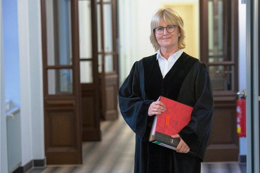 Richterin Simone Herberger. Hier in schwarzer Robe am Landgericht Chemnitz.