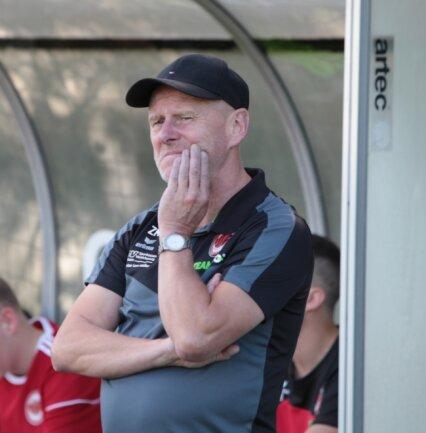 Hat im Moment wenig Grund zum Grübeln: Matthias Zänker, der Trainer des SV Fortuna Langenau, sieht seine Mannschaft gegen den VfB Fortuna Chemnitz nach den jüngsten Leistungen nicht chancenlos.