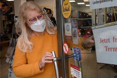 """Nur wenn gerade kein Kunde im Laden ist, darf Mitinhaberin Sigrid Wendel dieses Schild an die Tür hängen. Ansonsten gilt auch bei der """"Lederpalette Wendel"""": Wer keinen Termin hat, muss draußen bleiben."""