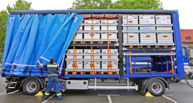 Die THW-Helfer haben die mobile Trinkwasseraufbereitungsanlage am Samstag auf dem Platz der Völkerfreundschaft aufgeladen.
