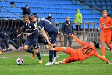 Die wahrscheinlich spielentscheidende Szene: Calogero Rizzuto (liegend) tritt gegen Soma Novothny (Mitte) nach, der Ball ist weit weg.