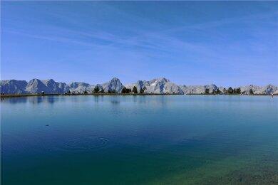 Hier hat der Mensch nachgeholfen: Der See auf der Hutterer Höss oberhalb von Hinterstoder wurde künstlich angelegt. Im Hintergrund die Gipfel des Toten Gebirges.