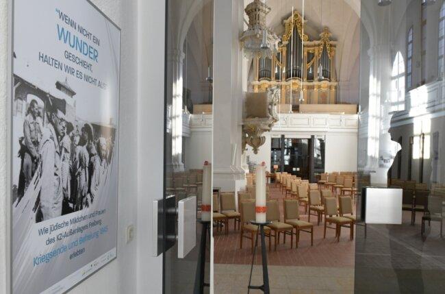 Wie jüdische Frauen das Kriegsende 1945 und die Befreiung im KZ-Außenlager Freiberg erlebten, ist in der neuen Ausstellung dokumentiert. Pfarrerin Birgit Birkner (rechts) beim Blick in die Ausstellung.