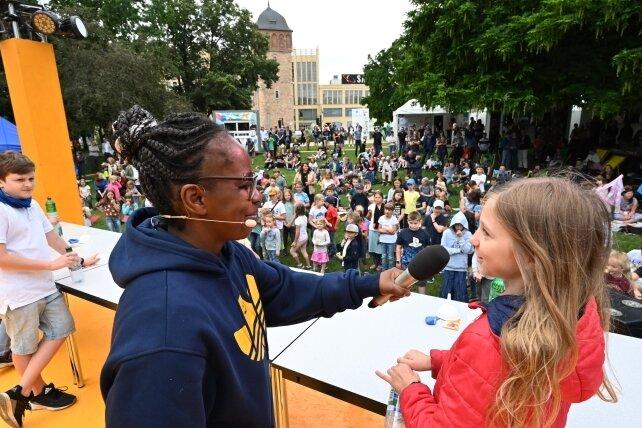 """TV-Moderatorin Shary Reeves (""""Wissen macht Ah!"""") lud die jüngsten Besucher zu Experimenten auf die Bühne im Stadthallenpark."""