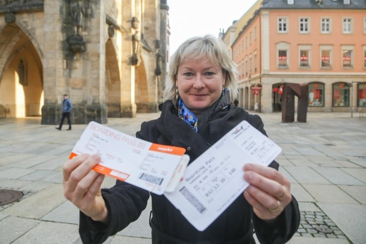 Christiane Kotte machte einen Testlauf auf dem Gelände des Flughafens BER mit. Zurück in Chemnitz, erinnern ihre nachgeahmten Boardingtickets an dieses Erlebnis.