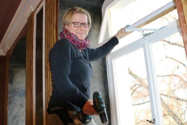 Nadine Spörl von der Tischlerei Neumeister aus Rodau beim Einbau der Kipptechnik für die Fenster.