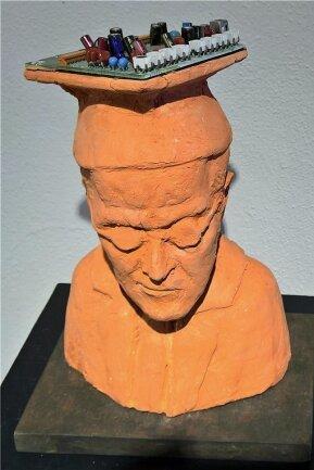 """Das """"Superhirn"""" von Ulrich Eißner aus Dresden ist traurig, vielleicht, weil es die Welt, die aus den Fugen zu geraten scheint, nicht versteht. Das Objekt gehört zur Ausstellung des Chemnitzer Künstlerbundes."""