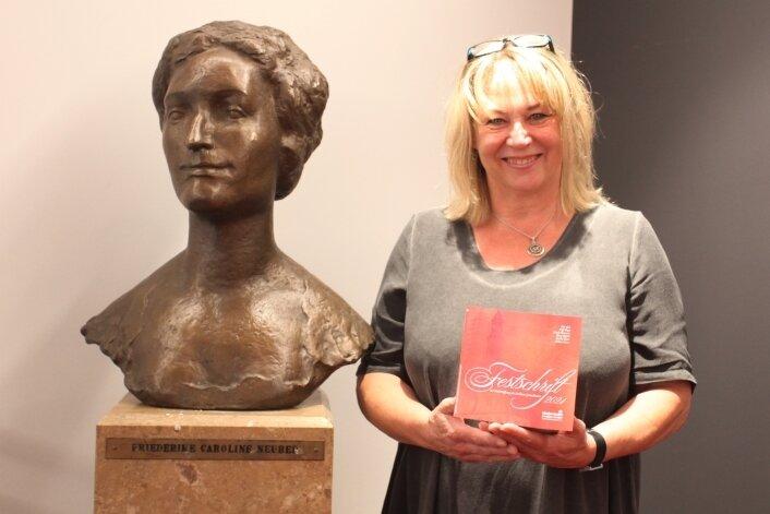 Claudia Kuntze neben der Neuberin-Büste im Foyerbereich.