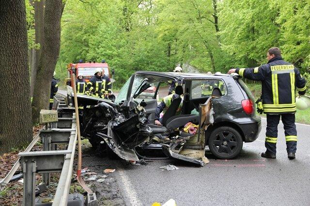 Bei dem schweren Unfall auf der B 173 zwischen Flöha und Oederan wurden am Freitag zwei Menschen schwer verletzt. Die Freiwillige Feuerwehr Falkenau musste eine junge Frau aus ihrem vollkommen zerstörten VW Polo befreien. Die Bundesstraße blieb für mehrere Stunden voll gesperrt.