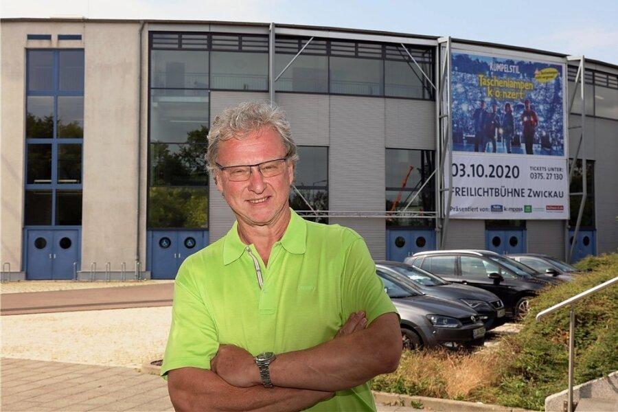 Jürgen Flemming (57), seit 1. Januar 2012 Geschäftsführer der Kultour Z., vor der Stadthalle Zwickau, die rotationssymmetrisch nach den Prinzipien einer klassischen Arena aufgebaut ist. Je nach Veranstaltungsgenre finden in dem Rundbau bis zu 6000 Zuschauer Platz.