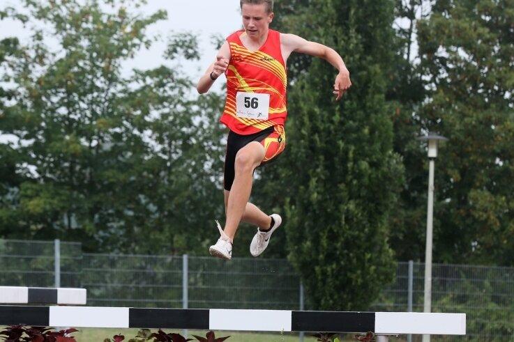 Lokalmatador Carl Heymann auf dem Weg zu seinem souveränen Sieg im Rennen über 1500 Meter Hindernis.