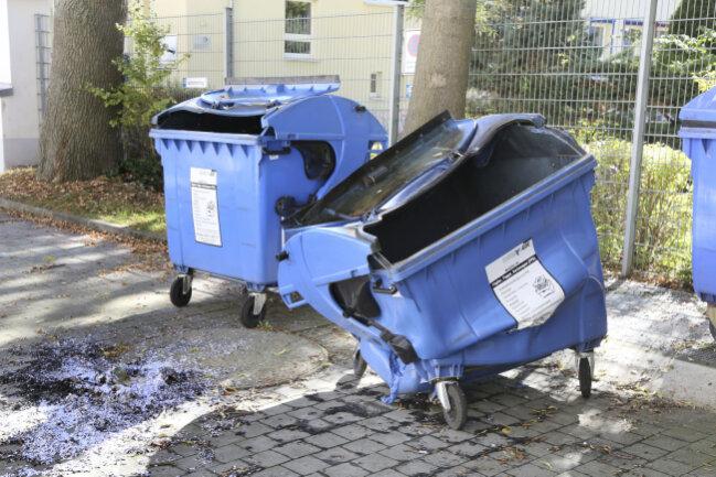 Zwei Papiercontainer brannten am Samstagabend hinter dem Medienhaus an der Carolastraße.