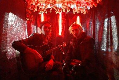 Intim-Musikanten im Minibus: Ben Hartmann (links) und Johannes Aue von der Band Milliarden