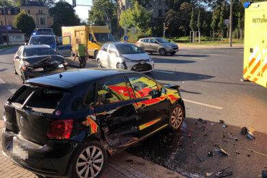 In der Nähe der Villa Mocc in Zwickau sind am Dienstagmorgen drei Pkw zusammengestoßen.