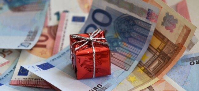 Geschenkt bekommen Sparer aller Art für ihr Geld schon lange nichts mehr. Der finanziell angeschlagene Vogtlandkreis hat immerhin so viel auf der hohen Kante, dass er 320.000 Euro Strafzinsen zahlen muss.