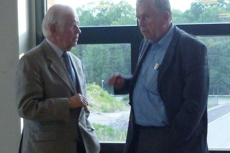 Ein Treffen vor sechs Jahren: Kurt Biedenkopf (links) im Gespräch mit Christian Rüdiger nach einem Forum in Flöha im Jahr 2015.