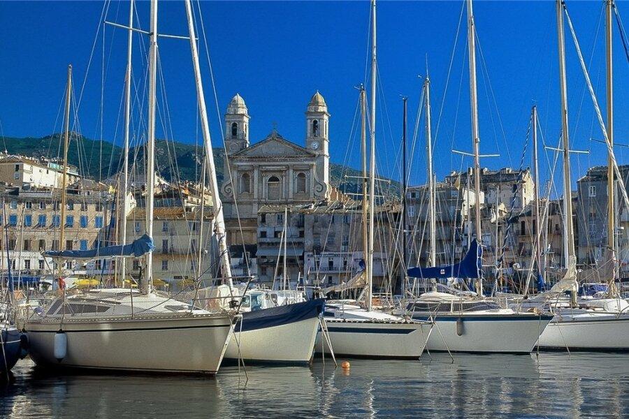 Die malerische Hafenstadt Bastia ist leider von Dresden aus mit Germania nicht mehr direkt zu erreichen. Doch Kreuzfahrtschiffe ankern hier nach wie vor.