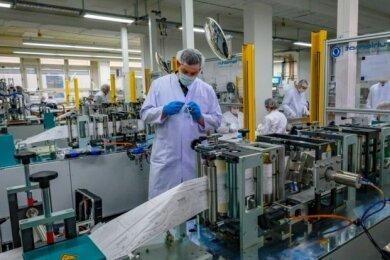 Rund 40 Mitarbeiter produzieren im Schönecker Technisat-Werk Schutzmasken.