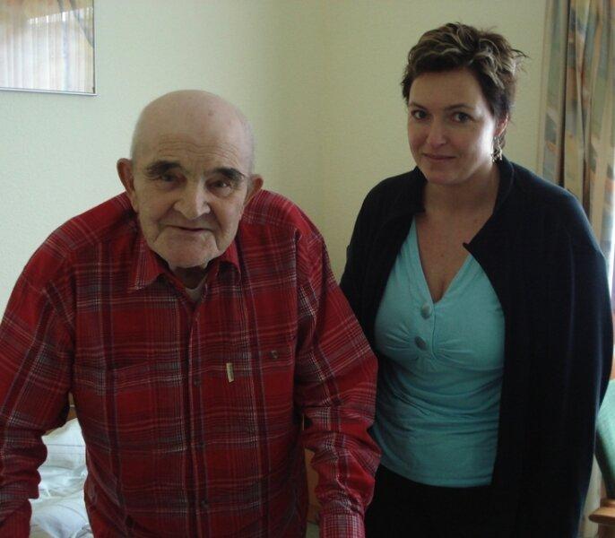 Michaela Rutsatz (40) hilft Otto Mahulik bei der Ausreise nach Australien.