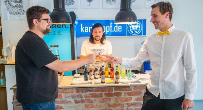 Chris Lässig, Mitspieler Turan Seelig und Martin König (von links) üben Schere, Stein, paar Bier. Einmal im Monat bekommen sie Gesellschaft.