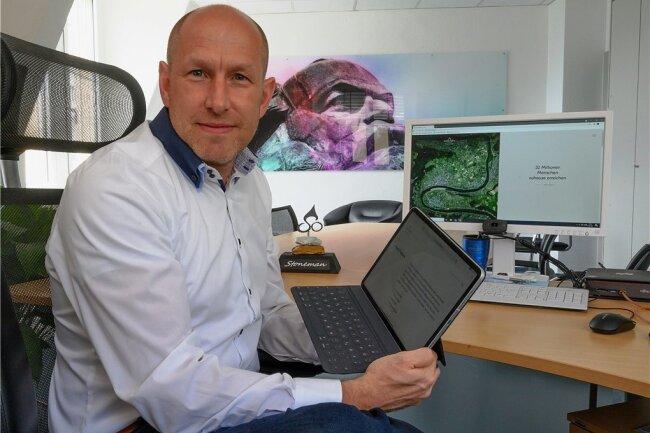 Alexander Arnold ist Geschäftsführer bei CMV und sitzt im Marktausschuss bei Score Media - in seinem Büro hängt ein visionär guckender Marx.