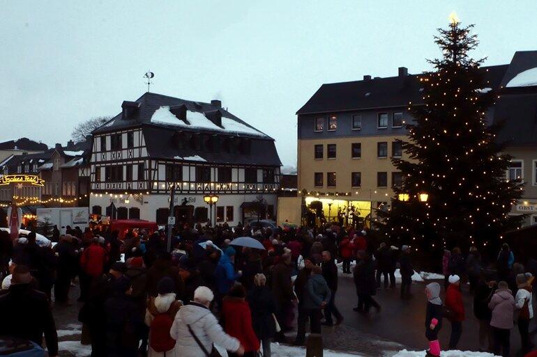 Ein einstündiges Bühnenprogramm auf dem Zwönitzer Markt beendete den weihnachtlichen Lichterglanz. Punkt 18 Uhr hieß es: Licht aus!