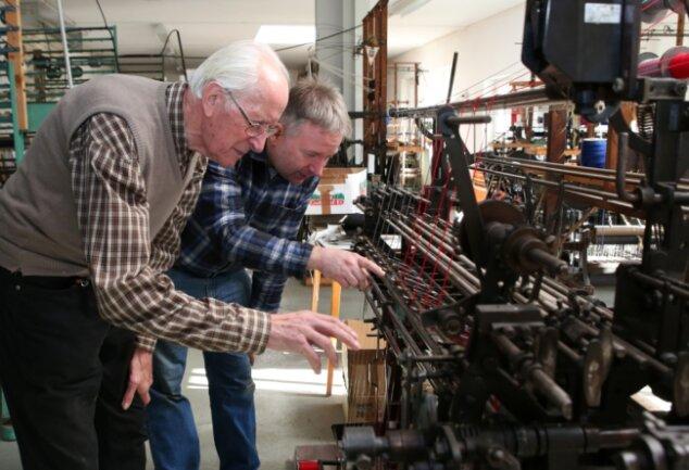 Friedrich Greifenhagen (l.) schaut gern mal bei Thomas Schubert vorbei. Dieser betreibt die letzte Posamenten-Werkstatt in Schlettau.