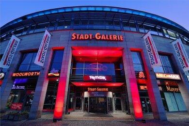 Rrotes Licht als Hilferuf des Handels - am Montagabend auch an der Stadt-Galerie Plauen.
