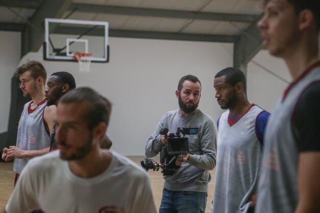 Thomas Höppner (mit Kamera) darf bei den Bundesliga-Basketballern derNiners seit Jahren auf Tuchfühlung gehen - er produziert das Format Niners 360. Aktuell arbeitet er an einem Film über den Aufstieg.